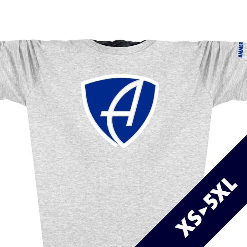 Ausschnitt Vorderansicht eines hellgrauen CBo T-Shirts aus Bio-Baumwolle (Organic Bio T-Shirt) mit blau-weissem Ammersee Design der Modemarke AMMERSEE BAVARIA aus Bayern, Deutschland