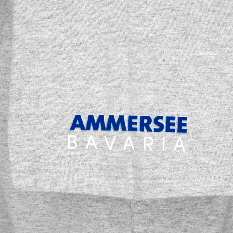 Ärmel eines hellgrauen CBo T-Shirts aus Bio-Baumwolle (Organic Bio T-Shirts) mit blau-weissem Ammersee Design der Modemarke AMMERSEE BAVARIA aus Bayern, Deutschland
