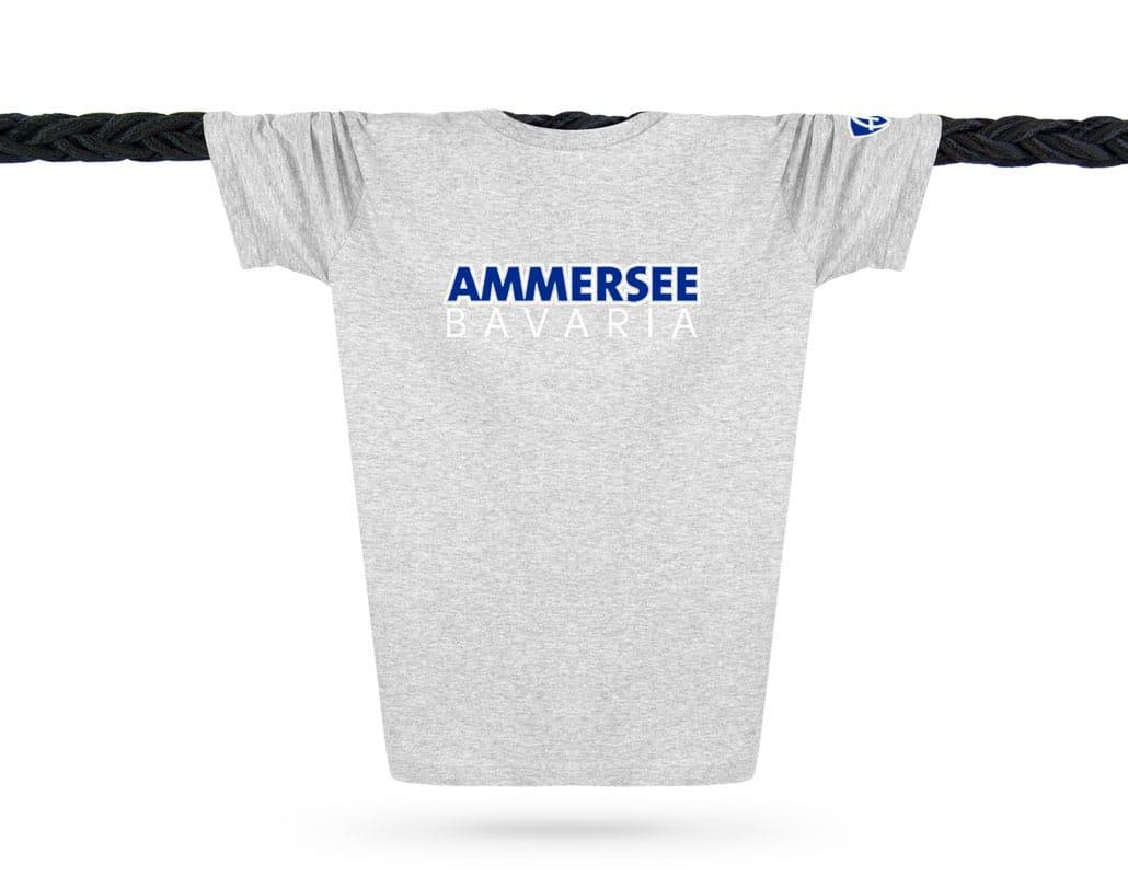 Vorderansicht eines hellgrauen CTo T-Shirts aus Bio-Baumwolle (Organic Bio T-Shirt) mit blau-weissem Ammersee Design der Modemarke AMMERSEE BAVARIA aus Bayern, Deutschland