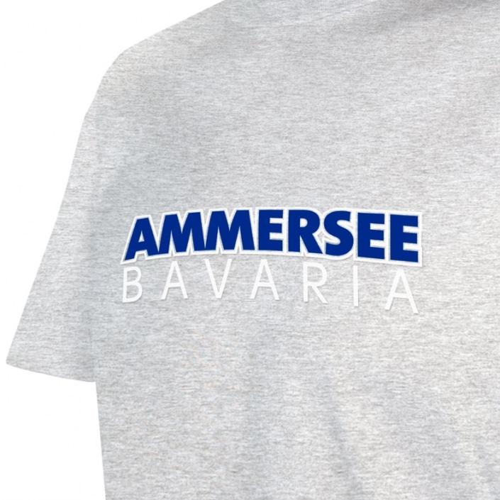 Ausschnitt Vorderansicht eines hellgrauen CTo T-Shirts aus Bio-Baumwolle (Organic Bio T-Shirt) mit blau-weissem Ammersee Design der Modemarke AMMERSEE BAVARIA aus Bayern, Deutschland