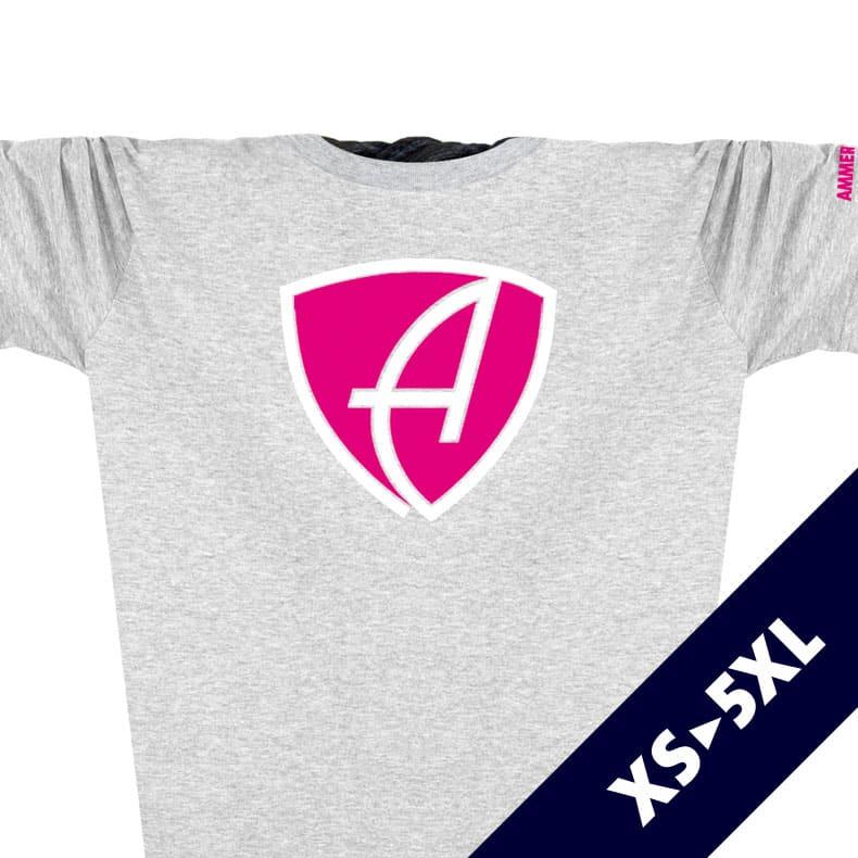 Ausschnitt Vorderansicht eines hellgrauen CBo T-Shirts aus Bio-Baumwolle (Organic Bio T-Shirt) mit magenta-weissem Ammersee Design der Modemarke AMMERSEE BAVARIA aus Bayern, Deutschland