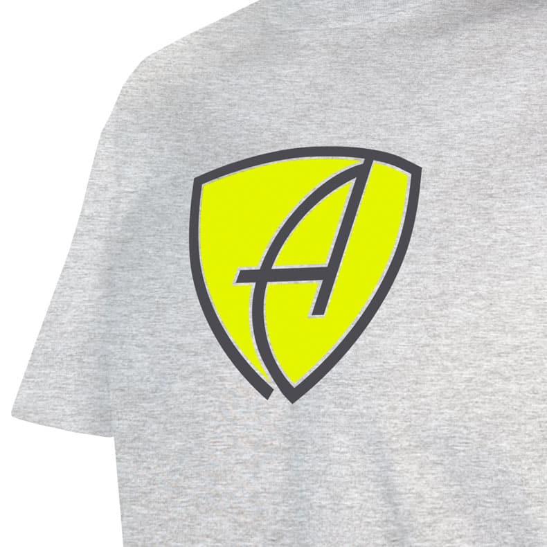 Ausschnitt Vorderansicht eines hellgrauen CBo T-Shirts aus Bio-Baumwolle (Organic Bio T-Shirt) mit lime-gelb-weissem Ammersee Design der Modemarke AMMERSEE BAVARIA aus Bayern, Deutschland