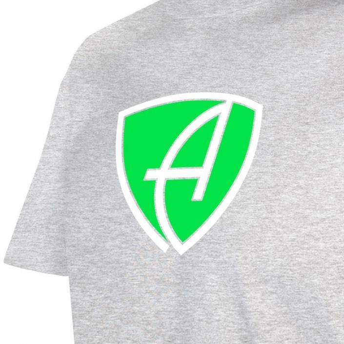 Ausschnitt Vorderansicht eines hellgrauen CBo T-Shirts aus Bio-Baumwolle (Organic Bio T-Shirt) mit grün-weissem Ammersee Design der Modemarke AMMERSEE BAVARIA aus Bayern, Deutschland