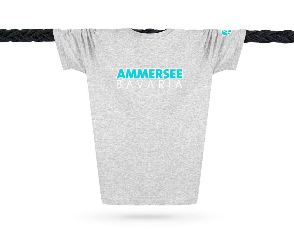 Vorderansicht eines hellgrauen CTo T-Shirts aus Bio-Baumwolle (Organic Bio T-Shirt) mit türkis-weissem Ammersee Design der Modemarke AMMERSEE BAVARIA aus Bayern, Deutschland