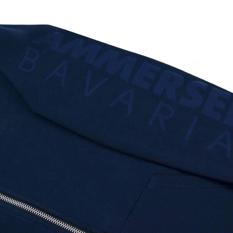 Detailaufnahme des linken Ärmel eines dunkelblauen Kapuzenjacke mit dunkelblauen Ammersee Design der Modemarke AMMERSEE BAVARIA aus Bayern, Deutschland