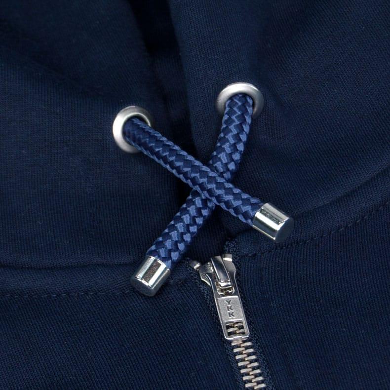 Dunkelblaue Kapuzenkordel aus PPE-Segelseilen von einem dunkelblauen Kapuzenjacke der Modemarke AMMERSEE BAVARIA aus Bayern, Deutschland
