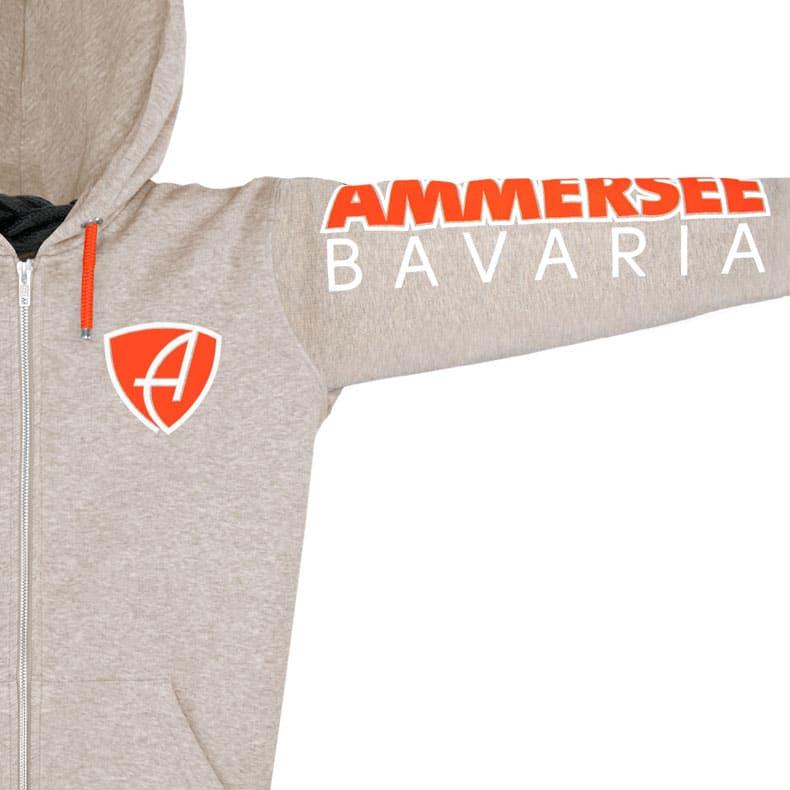 Ärmel einer sandfarbenden CBo Kapuzenjacke aus Bio-Baumwolle (Organic Bio Hoodie) und recyceltem Polyester mit orange-weissem Ammersee Design der Modemarke AMMERSEE BAVARIA aus Bayern, Deutschland