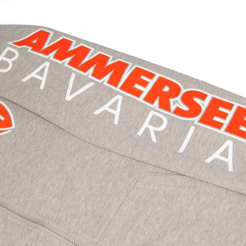 Detailaufnahme des linken Ärmel einer sandfarbenden CBo Kapuzenjacke mit orange-weissem Ammersee Design der Modemarke AMMERSEE BAVARIA aus Bayern, Deutschland