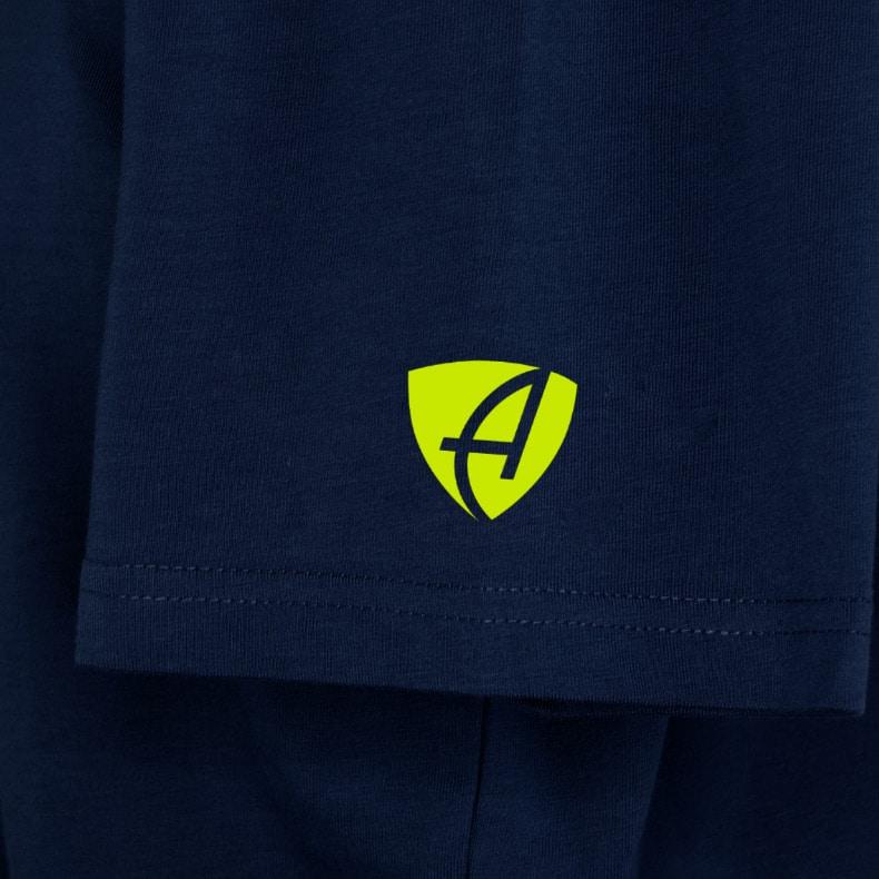 Ärmel eines dunkelblauen ST Kinder T-Shirts aus Bio-Baumwolle (Organic Bio T-Shirts) mit lime-gelben Ammersee Design der Modemarke AMMERSEE BAVARIA aus Bayern, Deutschland