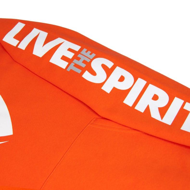 Detailaufnahme des linken Ärmel eines orangenen SB Kapuzenpullover mit weissem Ammersee Design der Modemarke AMMERSEE BAVARIA aus Bayern, Deutschland