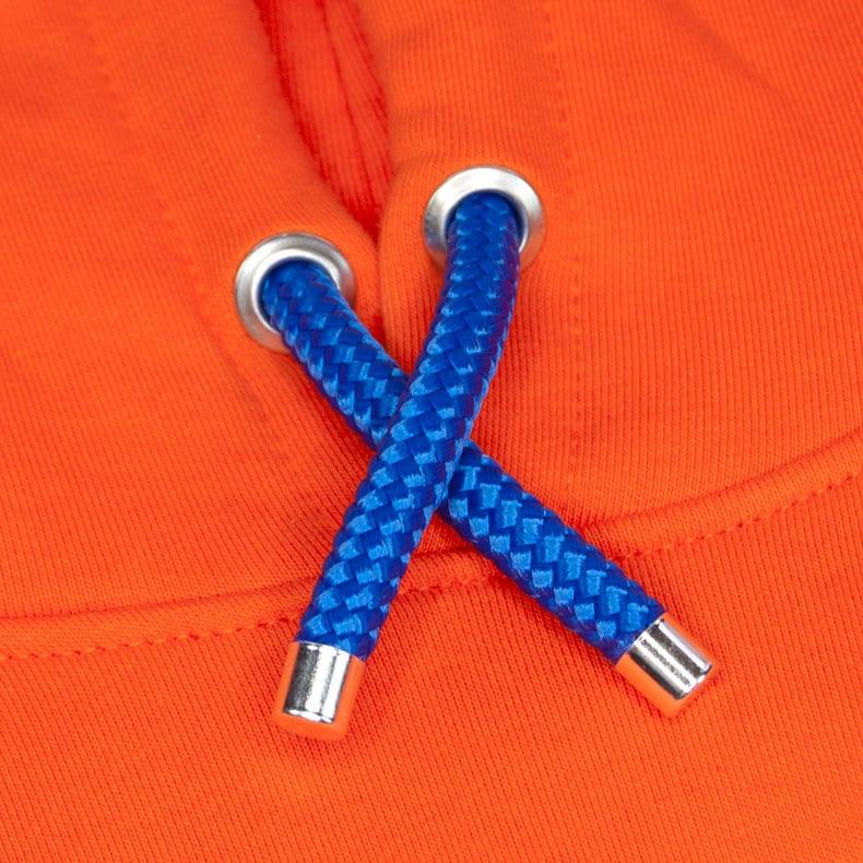 Blaue Kapuzenkordel aus PET-Segelseilen von einem orangenen SB Kapuzenpullover der Modemarke AMMERSEE BAVARIA aus Bayern, Deutschland