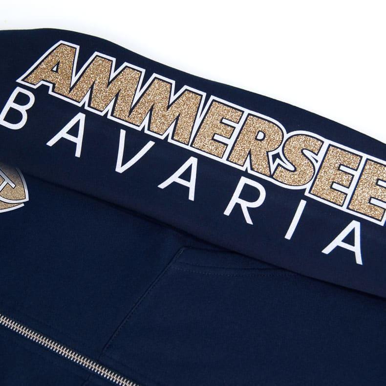 Ärmel einer dunkelblauen CBo Kapuzenjacke aus Bio-Baumwolle (Organic Bio Hoodie) und recyceltem Polyester mit gold-weissem Ammersee Design der Modemarke AMMERSEE BAVARIA aus Bayern, Deutschland