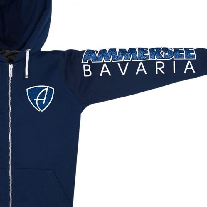 Ausschnitt Vorderansicht einer dunkelblauen CBo Kapuzenjacke aus Bio-Baumwolle (Organic Bio Hoodie) und recyceltem Polyester mit blau-weiss-glitzernde Ammersee Design der Modemarke AMMERSEE BAVARIA aus Bayern, Deutschland